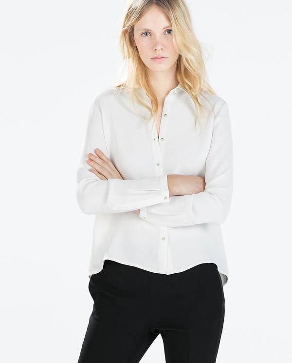 Mặc áo sơmi bây giờ là phải kéo lệch, trễ vai mới đúng mốt!