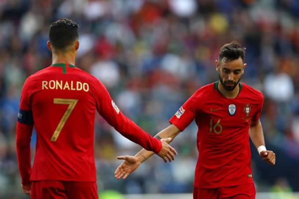 CĐV MU mừng khi Bruno Fernandes kiến tạo cho Ronaldo